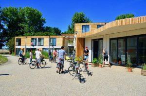 Bewoners en team verzamelen bij het Tuinhuis Bij Nico voor een gezamenlijke activiteit