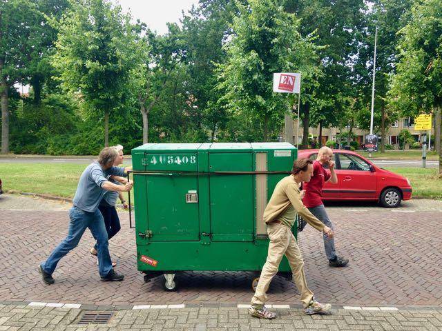 Het mobiele kantoor van Peen en Ui wordt verhuist naar een nieuwe plek in de stad Leiden.